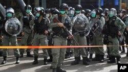 香港防暴警察被部署在一个商场外严防支持民主的民众在五一劳动节举行抗议活动。(2020年5月1日)