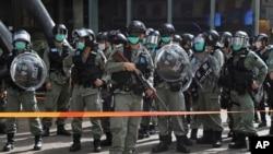 香港防暴警察被部署在一個商場外嚴防支持民主的民眾在五一勞動節舉行抗議活動。 (2020年5月1日)