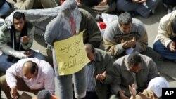 نماز جمعہ کی ادائیگی کے بعد مظاہرین دعا کر رہے ہیں۔