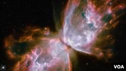 Esta nebulosa planetaria se encuentra en la Vía Láctea. Es el resultado de una estrella moribunda de la que se desprenden gases y radiación ultravioleta.