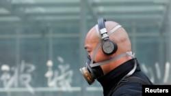 Seorang pria menggunakan masker di jalanan Beijing akibat pencemaran udara yang parah, Mei 2013. (Foto: Dok)