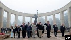 노르망디 상륙작전 72주년을 맞은 6일 2차대전에 참전용사로 구성된 미국대표단이 프랑스 서부 콜빌 미군 묘지를 방문했다. 헌화에 앞서 국가를 배경으로 조의를 표하고 있다.