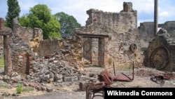 Chỉ có một số rất ít cư dân làng Oradour-sur-Glane còn sống sót sau vụ tàn sát.