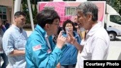 香港食物及衛生局局長高永文與一位長者辯論 (蘋果日報圖片)
