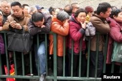 中國訪民在北京的國家信訪局前排起長隊告狀。(2016年3月4日)