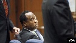 El médico de Michael Jackson cumple una condena de cuatro años por el homicidio involuntario de la estrella del pop.