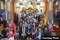 在达兰萨拉大闹照片展的美籍华裔女子曾拜会过达赖喇嘛(美国之音藏语组)