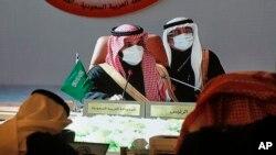 Putra Mahkota Saudi Mohammed bin Salman (kiri tengah) memimpin pertemuan Dewan Kerjasama Teluk (GCC) ke-41, di Al Ula, Arab Saudi, Selasa, 5 Januari 2021.
