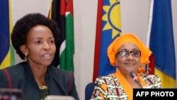 Mwenyekiti wa Baraza la SADC Maite Nkoana-Mashabane (L) na Katibu Stergomena Lawrence Tax (R)