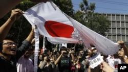 Người biểu tình Trung Quốc đốt 1 lá cờ Nhật bên ngoài Đại sứ quán Nhật Bản ở Bắc Kinh, Trung Quốc, 21/9/2012