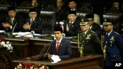 Presiden Joko Widodo menyampaikan pidato pertamanya seusai pelantikannya sebagai Presiden RI ke-7 di gedung MPR, Jakarta (20/10).