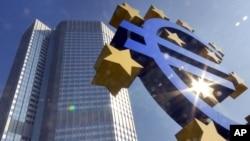 Kantor bank sentral Eropa (ECB) di Frankfurt, Jerman (foto: dok). Bank sentral Eropa dan Jepang saat ini menerapkan suku bunga negatif.