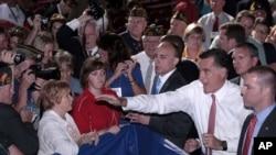 Ứng cử viên đảng Cộng hòa Mitt Romney vẫy chào các thành viên của hội cựu chiến binh sau khi đọc bài diễn văn