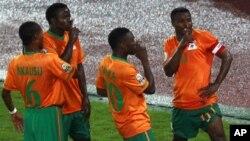 Katongo célèbre son but lors de la CAN 2012 en Guinée-Equatoriale