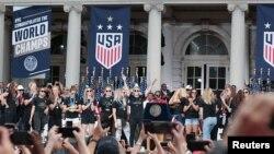 ABŞ-ın qadınlardan ibarət milli yığması Nyu Yorkda paradda, 10 iyul, 2019.