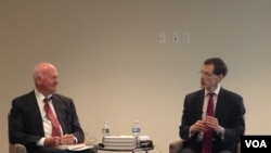 """白邦瑞(左)在""""自由之家""""的新书座谈会上(美国之音莫雨拍摄)"""
