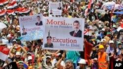 Hokimiyatdan ag'darilgan prezident Muhammad Mursiy tarafdorlari namoyishlarni davom ettirmoqda, Qohira, 19-iyul, 2013-yil.