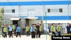 개성공단 재가동 이틀째인 17일, 근로자들이 점심 식사를 위해 식당으로 이동하고 있다.