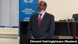 Paul Rusesabagina présenté aux médias, menotté, au siège du Bureau d'enquête du Rwanda à Kigali, au Rwanda, le 31 août 2020.