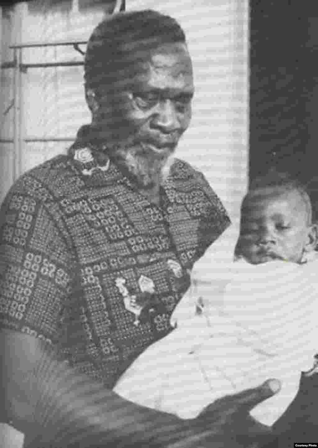 Uhuru akibebwa na babake Jomo Kenyattta baba wa taifa la Kenya