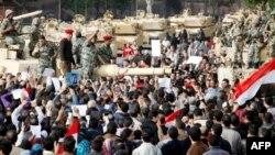 """Quân đội Ai Cập tuyên bố công nhận """"đòi hỏi chính đáng"""" của người dân và cho biết sẽ không dùng vũ lực chống lại công chúng"""