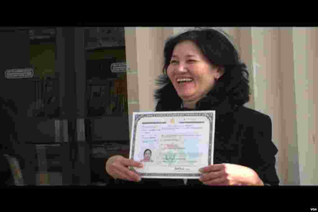 喜获公民证书(美国之音国符拍摄)