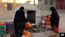 Des femmes remplissent leurs bidons d'eau, Zagora, le 19 octobre 2017