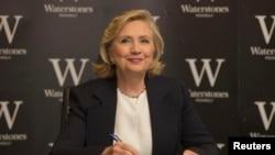 Clinton calificó la política exterior de Obama como 'demasiado moderada' y enfocada en 'no cometer errores'.