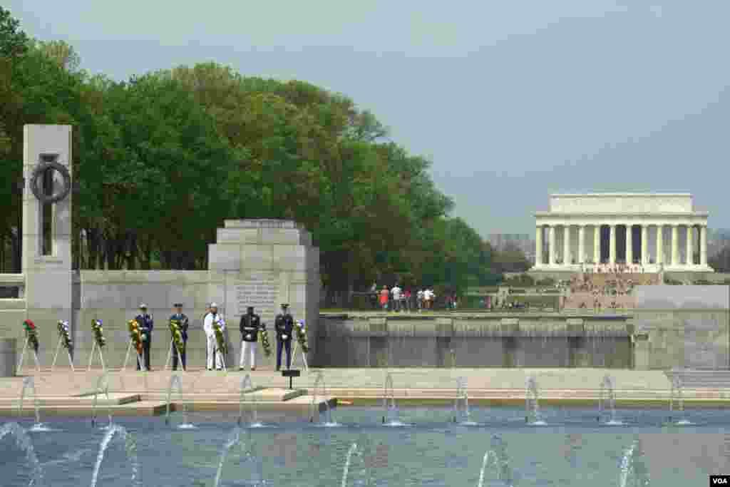 Национальный мемориальный комплекс ветеранов Второй мировой. Вид на мемориал Авраама Линкольна