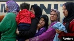 Para pengungsi antri untuk menerima makanan di tempat penampungan sementara bagi pengungsi dan migran dekat desa Idomeni, Yunani, perbatasan Yunani-Makedonia (6/4).