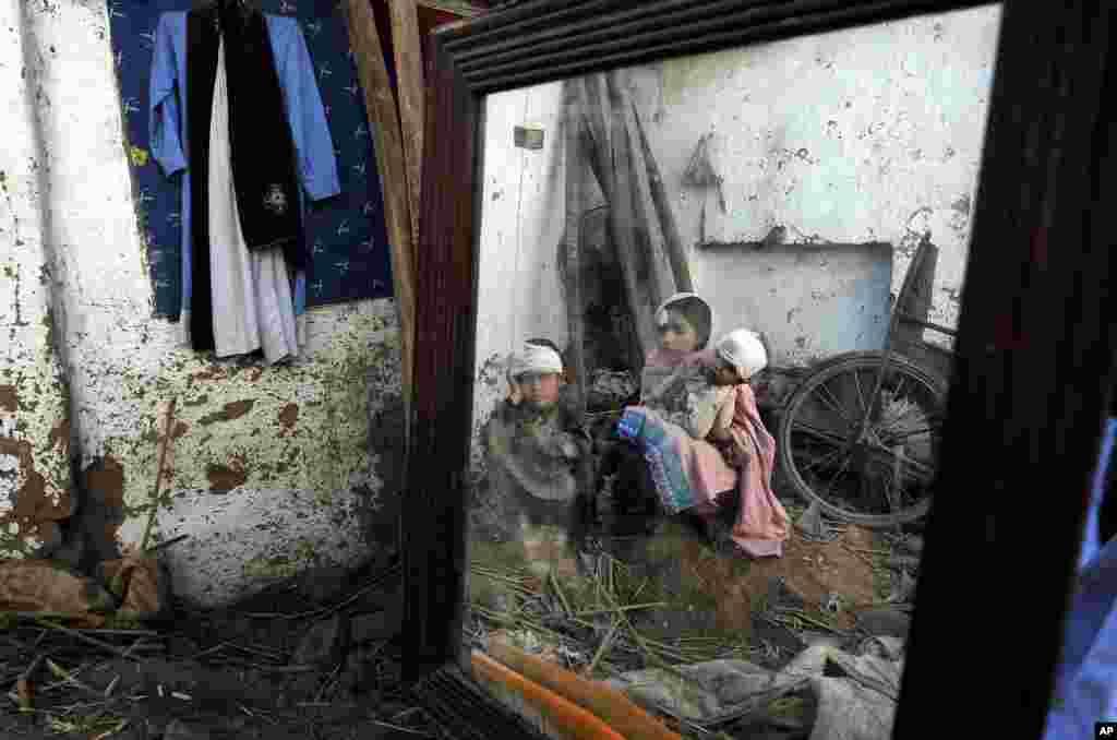 پاکستان میں زلزلے سے متاثرہ علاقوں میں خیمے، کمبل، چٹائیاں، خوراک اور طبی امداد پہنچائی جا رہی ہے۔