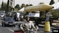 Rudal jarak jauh Iran 'Shahab-3', yang bisa mencapai Israel, dipamerkan dalam parade di Teheran (foto: dok).