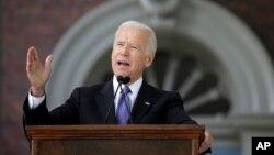 El ex-vicepresidente de EE.UU. Joe Biden habla a alumnos de la Universidad Harvard en Cambridge, Massachusetts. Mayo 24, 2017.