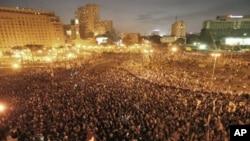 قاہرہ میںٕ ہزاروں لوگ حسنی مبارک کی برطرفی کا مطالبہ کررہے ہیں۔ 25 جنوری، 2011