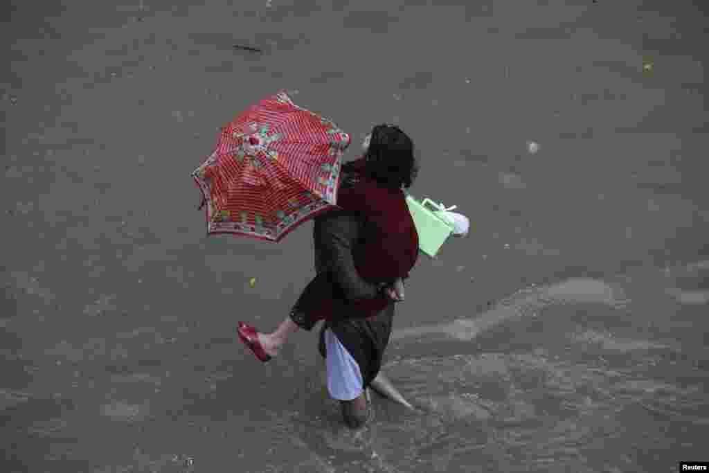 پاکستان میں ہونے والی موسلادھار بارشوں کے باعث ہلاکتوں کی تعداد ایک سو سے تجازو کر گئی ہے۔