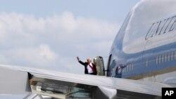 川普总统登上空军一号前挥手致意。