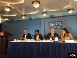前聯合國人權事務高級專員納瓦尼特姆‧皮萊(左二)(美國之音許寧拍攝)