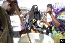 Distribution de l'aide alimentaire d'urgence à des déplacé de Mogadiscio