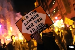 (ARŞİV) İstanbul'da internet kullanımına getirilen kısıtlamaları protesto gösterisi