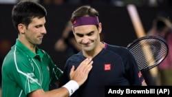 "Pozdrav Novaka Đokovića i Rodžera Federera na mreži posle polufinalnog meča na ""Rod Lejver areni"" (Foto: AP/Andy Brownbill)"