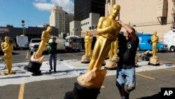 Los artistas escénicos mueven las estatuas de Oscar fuera del sol el miércoles, 22 de febrero de 2017, en Los Ángeles. Los premios número 89 de la Academia se llevarán a cabo el domingo.