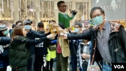"""十多名香港市民2月21日中午在中環置地廣場喝啤酒""""慶祝""""首名警員確診武漢肺炎。(攝影: 美國之音湯惠芸)"""