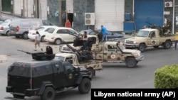 نیروهای امنیتی لیبی خیابان های متهی به پارلمان را مسدود کرده اند، ۲۸ اردیبهشت ۱۳۹۳
