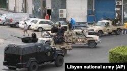 Lực lượng an ninh Tripoli canh gác đường dẫn đến khu vực Quốc hội sau vụ tấn công, ngày 18/5/2014.