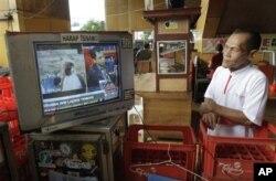 Un Indonésien de Djakarta suits de prêt les informations félévisées sur Bin Laden à la télévision