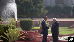 美国总统奥巴马和在印度首都新德里的花园里同印度总理莫迪谈话