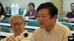 北京歷史學者章立凡(右)、中央黨校教授杜光(左)