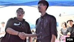 香港眾志成員林淳軒(左)及本土民主前線發言人黃台仰出席論壇後握手。(美國之音湯惠芸)