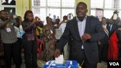 Presiden Republik Demokratik Kongo, Joseph Kabila memasukkan kartu suara di ibukota Kongo, Kinshasa (28/11).