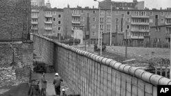 Berlinski zid u aprilu 1967. Ekonomske posljedice Njemačka osjeća i 25. godina nakon rušenja i ujedinjenja.
